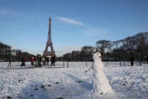 Paryžiuje dėl sniego ir lijundros vėl uždarytas Eifelio bokštas