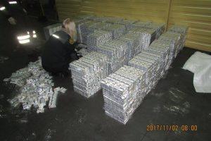 Baltarusis vilkiko puspriekabėje gabeno cigarečių kontabandą
