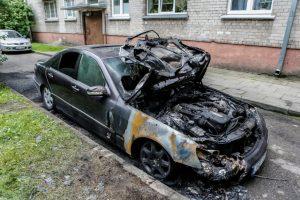 Nežinomasis Klaipėdoje naktį sudegino mersedesą