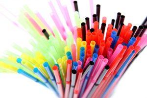 Britanija uždraus prekybą ausų krapštukais ir plastikiniais šiaudeliais