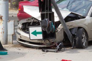 Panevėžyje jauna vairuotoja rėžėsi į šviesoforą
