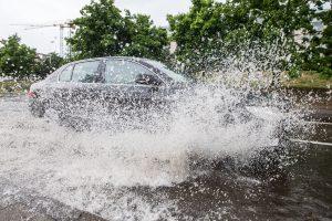 Gausus lietus Panevėžyje apsėmė gatves ir rūsius