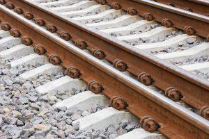 Ignalinoje traukinys mirtinai sužalojo per bėgius ėjusią moterį
