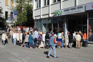 Siūlo pažeminti pajamų kartelę norintiems socialinės paramos