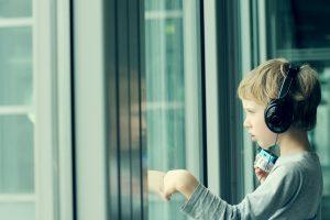 Su ausinukais prieš tylą