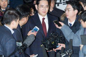 """Pietų Korėjos prokurorai siekia areštuoti """"Samsung"""" vadovo sūnų"""