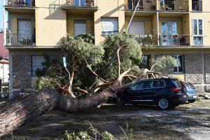 Vidurio Italijai smogė smarki audra ir viesulas: žuvo du žmonės