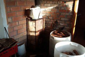 Vyras laikė naminę degtinę ir nelegaliai pardavinėjo rūkytą mėsą