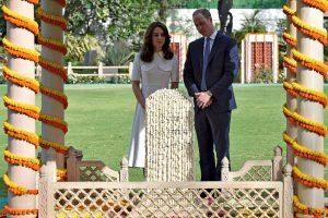 Indijoje viešintis princas Williamas kepė blynus
