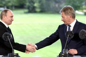 Suomijos prezidentas: lėktuvai virš Baltijos turi skraidyti su įjungtais atsakikliais