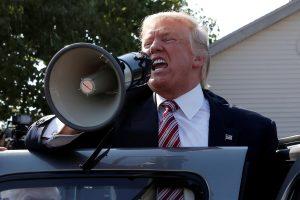 Apklausa: D. Trumpas pagal populiarumą aplenkė H. Clinton