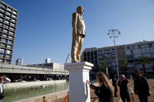 Izraelio žodžio laisvės aktyvistas pastatė auksinę premjero B. Netanyahu statulą