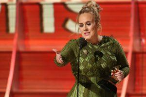 Adele savo jausmingą pasirodymą skyrė Londono išpuolio aukoms