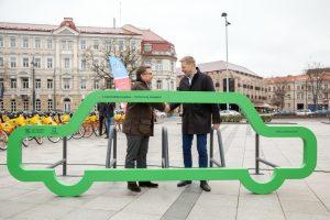 Dviračių dieną Vilniui padovanoti du išskirtiniai automobilio formos dviračių stovai