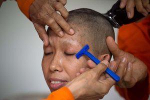 Tailande būrys moterų savo vešlius plaukus iškeitė į vienuolių apdarą