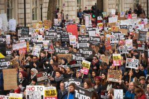 Londone tūkstančiai demonstrantų protestavo prieš D. Trumpo vizitą