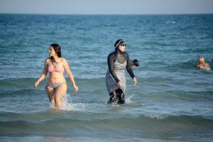 Prancūzijoje moterims leidžiama maudytis pusnuogėms, bet ne su burkiniu