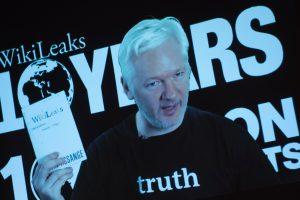 """J. Assange'as atmeta H. Clinton kaltinimus dėl """"WikiLeaks"""" ryšių su Rusija"""