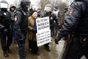 """Rusijoje per protestus prieš """"nusibodusį"""" V. Putiną sulaikyta dešimtys žmonių"""