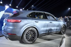 "Kritikos sulaukęs lenkų kunigas parduoda ""Porsche"""