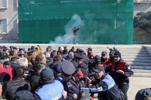 Albanijoje – tūkstantiniai protestai, demonstrantai veržiasi į vyriausybės pastatą