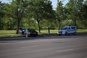 Jonavos gatvėje BMW rėžėsi į medį, vairuotojas išvežtas į ligoninę
