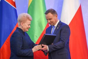Lenkijos nepriklausomybės 100-mečio iškilmėse D. Grybauskaitė apdovanojo prezidentą