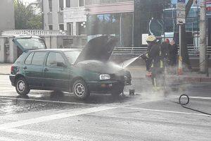 """Savanorių prospekte užsiliepsnojo automobilis """"Volkswagen Golf"""""""