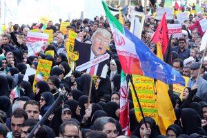 Prieš įsigaliojant sankcijoms, Irane vyko antiamerikietiškos demonstracijos