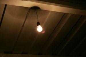 Lempučių ekonomika: kada kambaryje šviesą reikia išjungti, o kada palikti