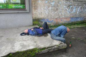 Vyrai gatvėje gėrė, užmigo ir apsišlapino