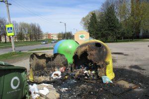 V. Landsbergio-Žemkalnio gatvėje supleškėjo atliekų konteineriai