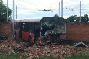 Prie Kauno pilies žiedo autobusas rėžėsi į tvorą