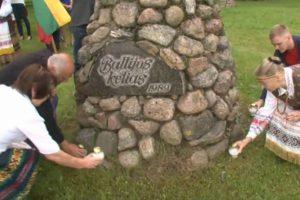 Baltijos kelias: pasvaliečiai vėl simboliškai susikibo rankomis