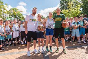 Lietuvos rinktinės gynėjai stebėjo krepšinio kovas, žaidžiamas vienas prieš vieną