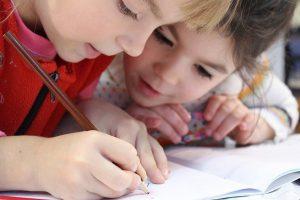 Jei norite išmokyti vaikus skaityti, mokykite juos rašyti