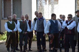Raudondvaryje jėgas išbandė folklorinių ansamblių vyrai
