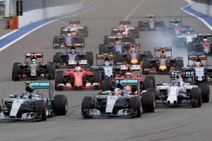 """Žiniasklaidos bendrovė perka """"Formulės-1"""" lenktynių verslą"""