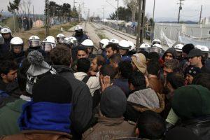Migrantai protestavo prie tvoros tarp Graikijos ir Makedonijos