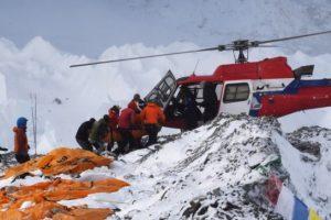 Everesto bazinėje stovykloje rasti septyniolikos aukų kūnai