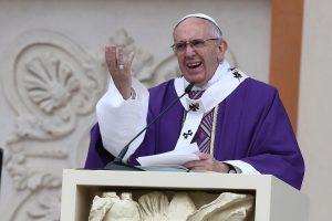 Popiežius Pranciškus leido Šv. Pijaus brolijos kunigams laiminti santuokas