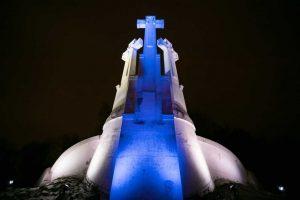 Suomijos Nepriklausomybei 100 metų – šventiškai apšviesti Trys kryžiai Vilniuje
