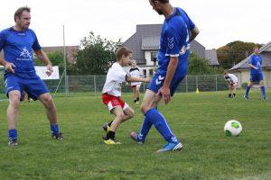 Futbolo aikštės atidarymo šventėje vaikai žaidė su žvaigždėmis