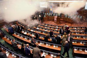 Kosovo opozicija parlamente paleido ašarines dujas