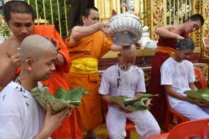 Iš Tailando urvo išvaduoti berniukai įšventinti į budistų vienuolius novicijus
