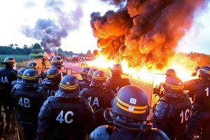Prancūzijos policija susirėmė su degalų saugyklą blokuojančiais protestuotojais