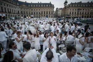 Į prašmatnų pikniką Paryžiuje susirinko tūkstančiai žmonių