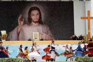 Popiežių šokiais ir dainomis sveikino katalikiškas jaunimas