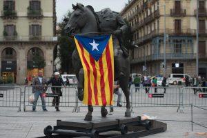 Barselonoje kiaušiniais apmėtytos diktatoriaus F. Franco skulptūros