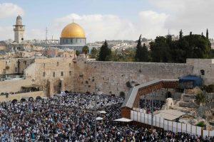 Žydai nepaiso UNESCO rezoliucijos: tūkstančiai susirinko prie Vakarų sienos
